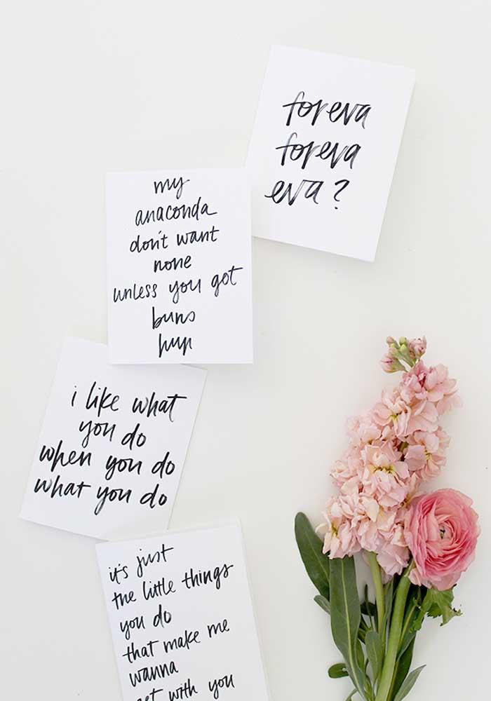 Pegue vários papéis e escreva diversas mensagens apaixonantes no dia dos namorados.