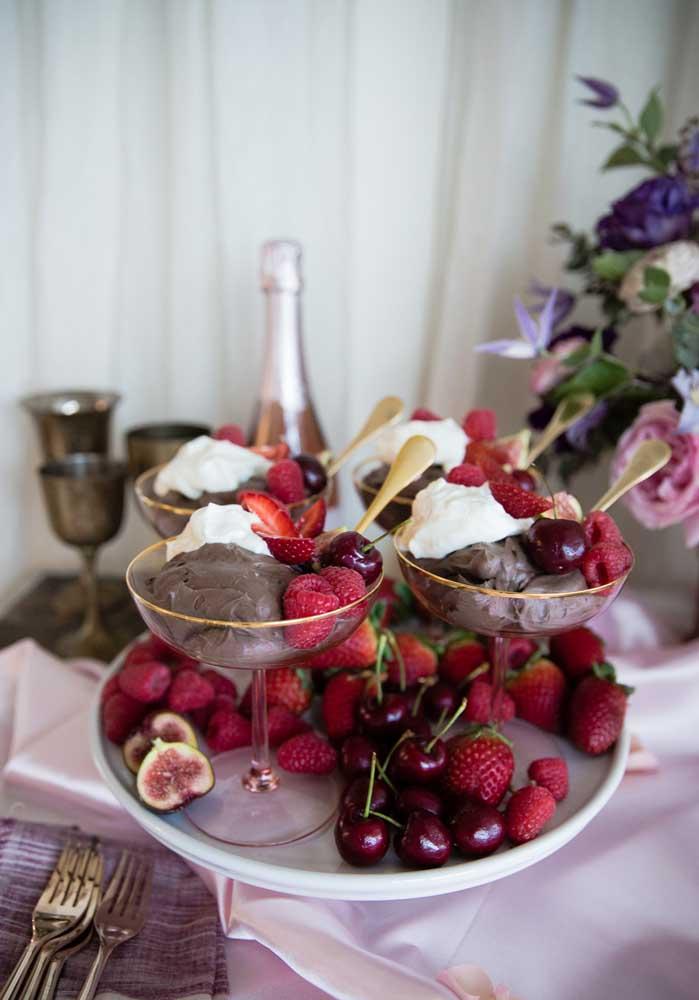 Sirva uma deliciosa sobremesa junto com frutas vermelhas no dia dos namorados.