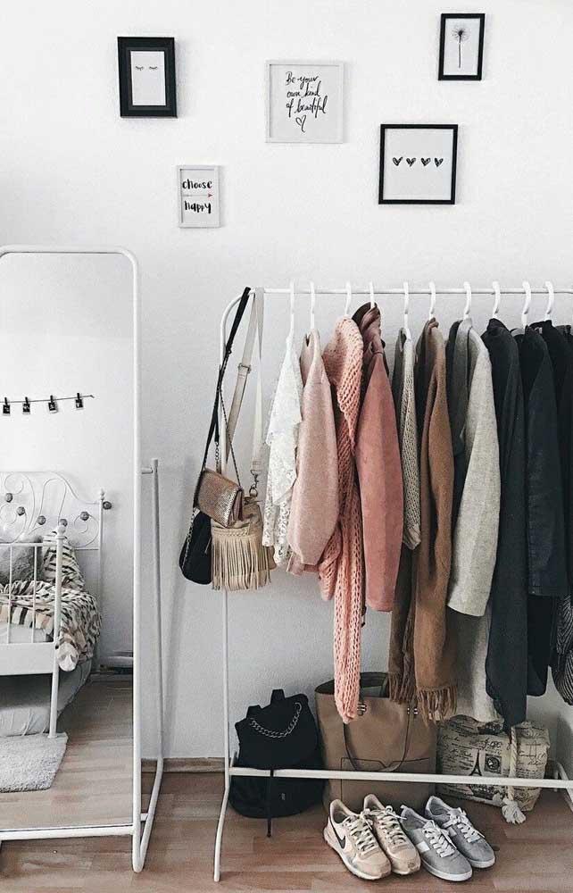 Você pode montar o seu armário cápsula de uma forma que ele fique visível na hora de escolher as roupas.
