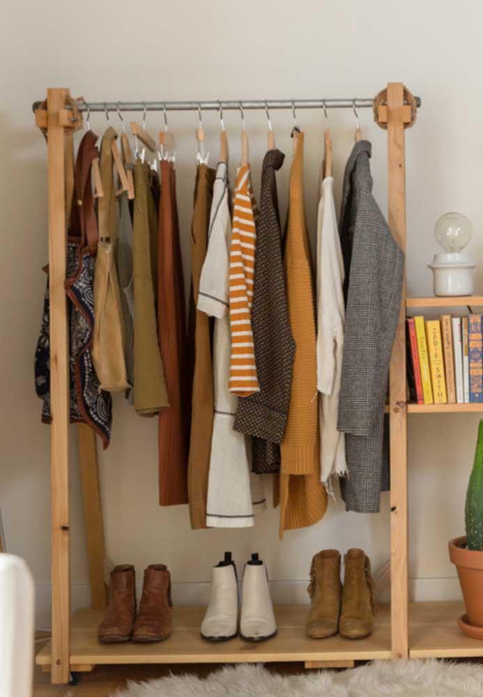 Organize seu armário cápsula de uma forma que seja fácil visualizar as peças.