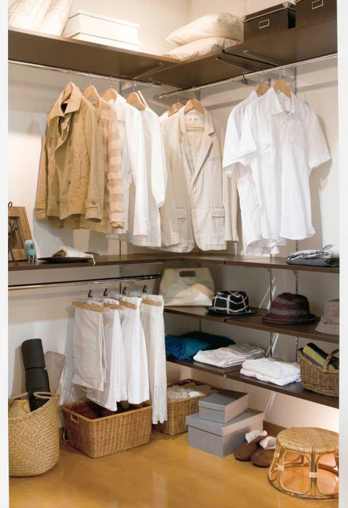 O enorme closet se transformou em um armário cápsula minimalista e até sobrou espaço.