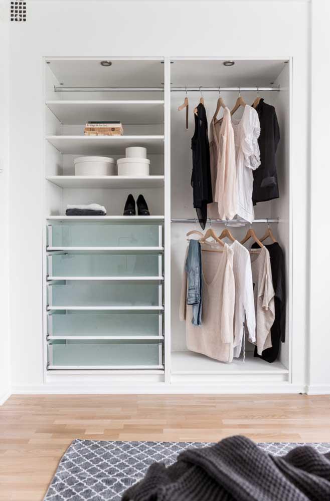 Você viu como sobra espaço no armário depois de separar as peças que devem fazer parte do armário cápsula?