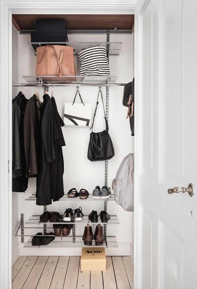 Deixe as peças que fazem parte do armário cápsula sempre visível e guarde os demais itens.