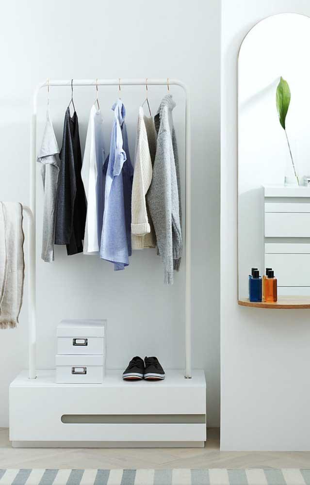 Aposte no armário cápsula minimalista para ser mais discreto e econômico.