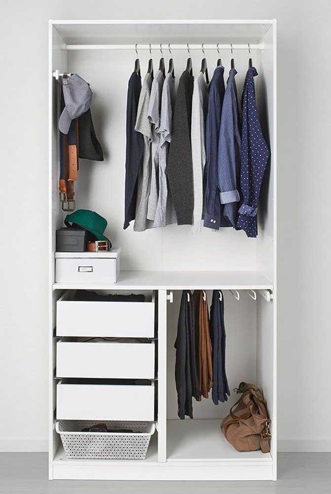 Apesar dos homens serem mais desapegados com roupas, fazer um armário cápsula pode ser a oportunidade de economizar.