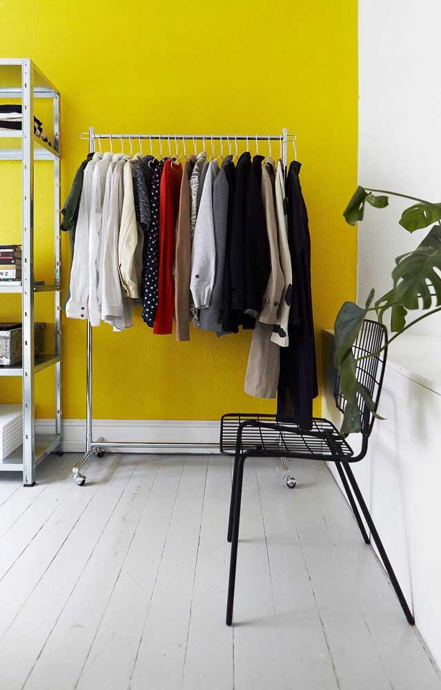Pinte a parede com um cor forte para destacar as peças do seu armário cápsula.