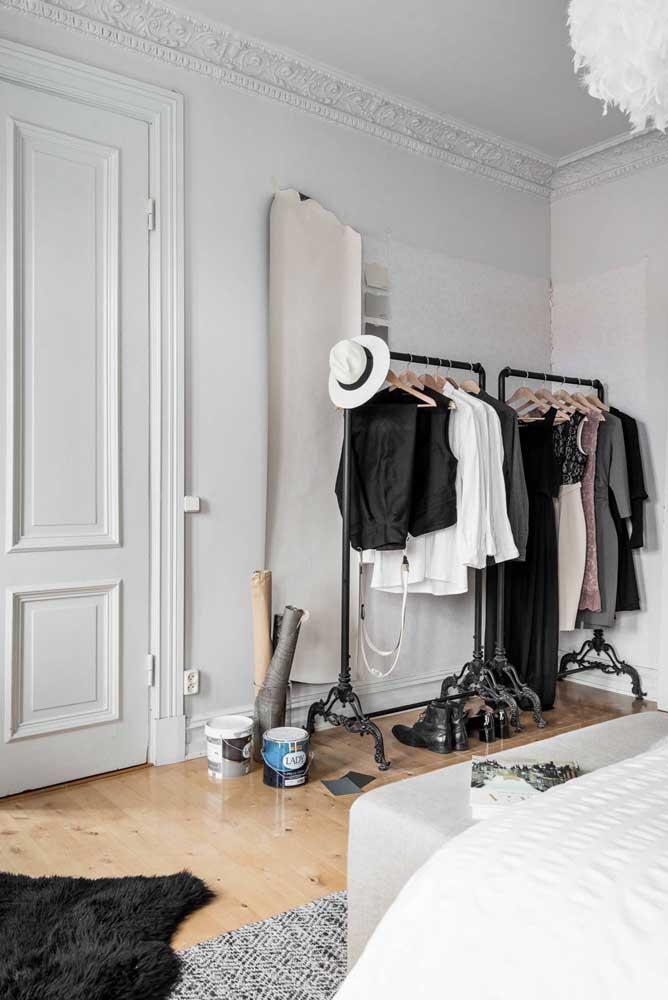 O minimalismo é a palavra de ordem do armário cápsula.