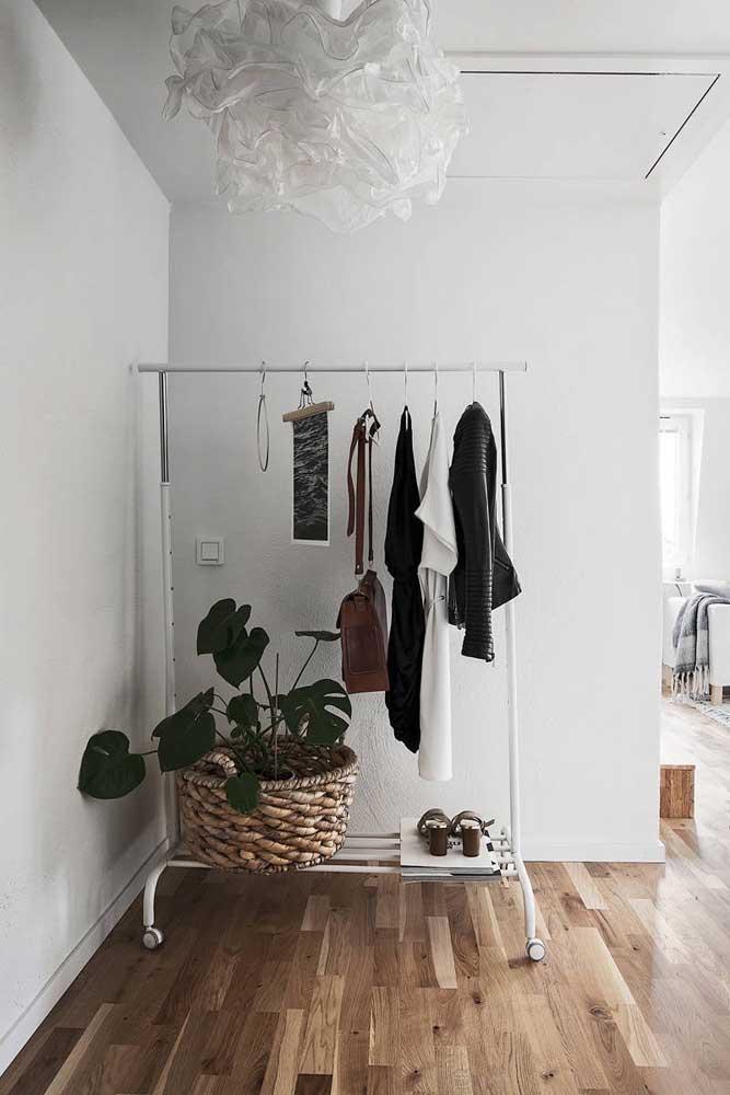 O bom do armário cápsula é que você já pode deixar separadas as peças que vai usar em cada dia.