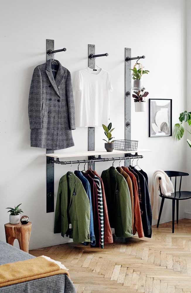 Na parte de cima coloque as peças que você mais usa, na parte de baixo organize suas jaquetas.