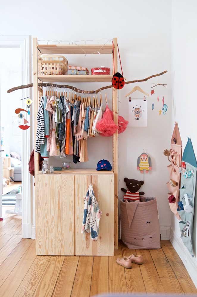 Que tal montar um armário cápsula para seu filho (a)? Dessa forma, você pode educá-lo desde cedo a desapegar de coisas supérfluas.