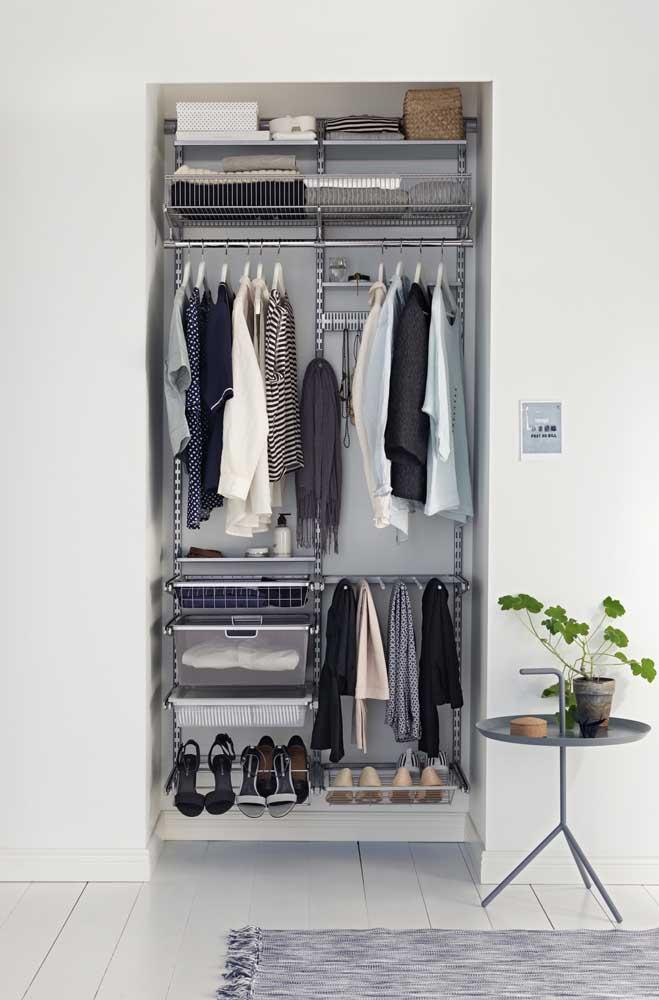 Um guarda-roupa pequeno é suficiente para colocar todas as peças do armário cápsula.