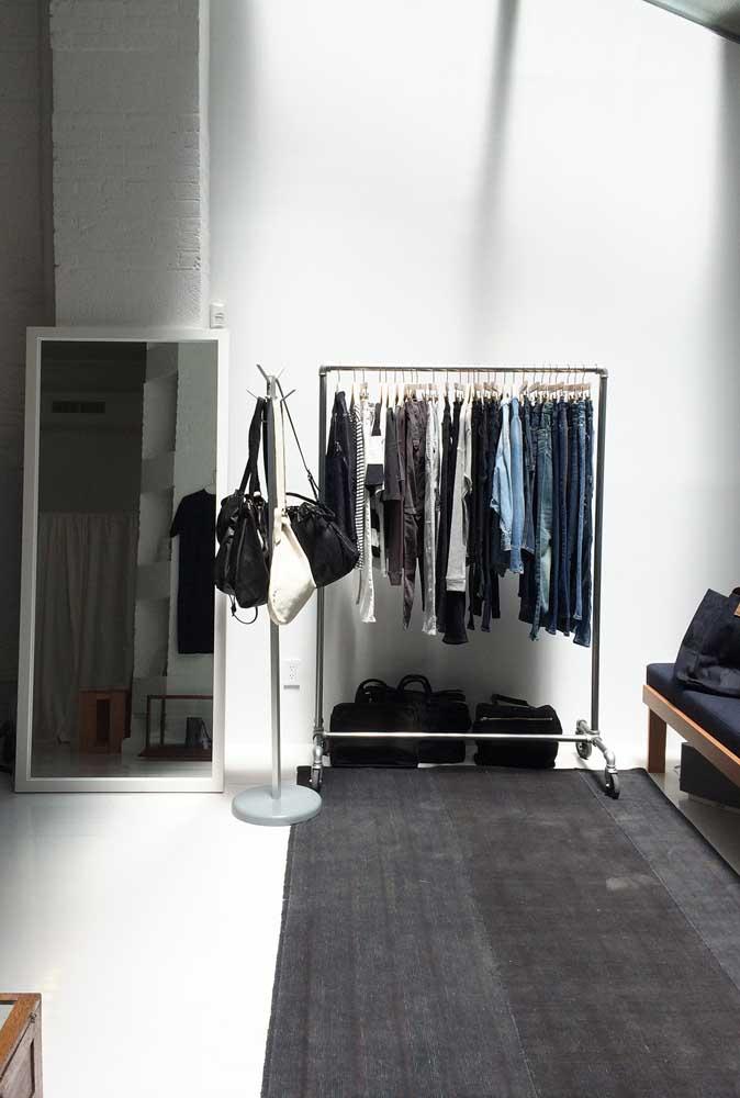 Que tal colocar todas as peças do armário cápsula em uma arara no quarto?