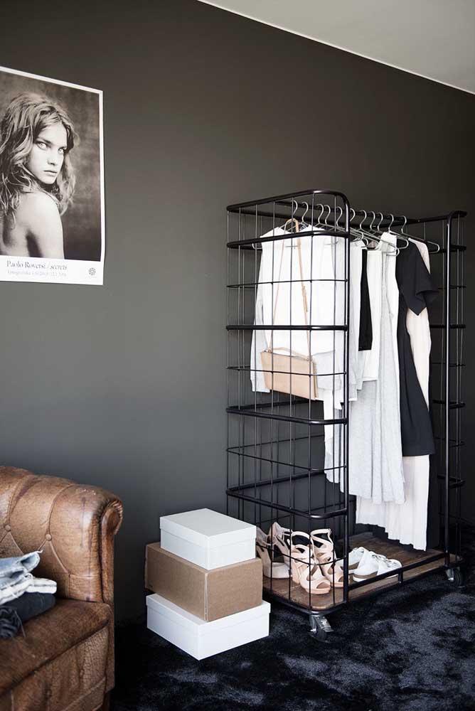 Para quem não tem muito espaço em casa, pode usar o armário na sala.
