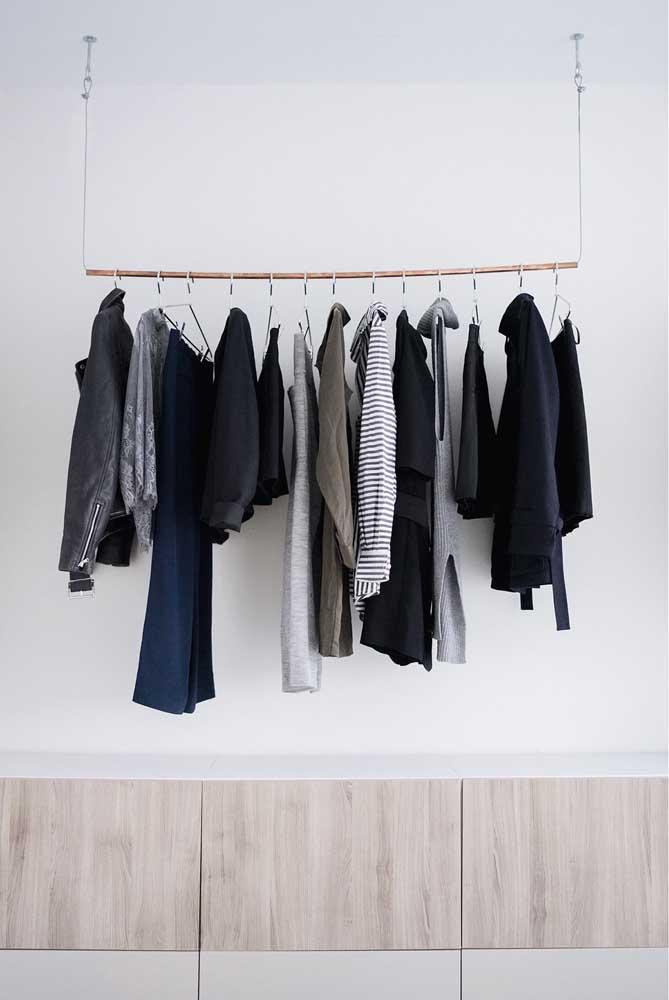 Uma boa opção é fazer o armário cápsula suspenso para ganhar espaço no ambiente.