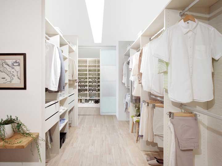 Que tal organizar o closet seguindo um padrão de cores neutras?