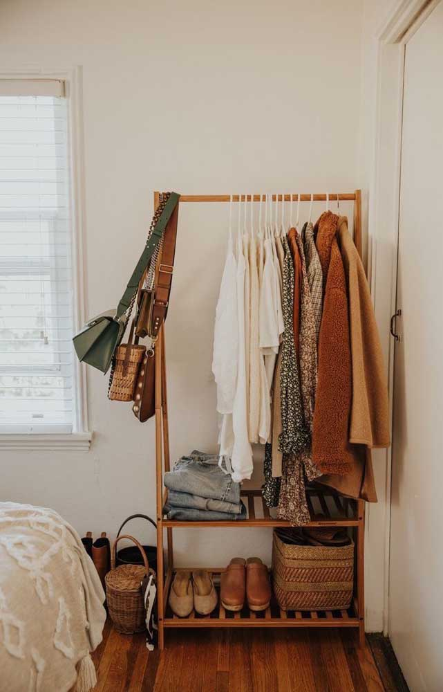 Entenda que o armário cápsula é composto por roupas e sapatos.
