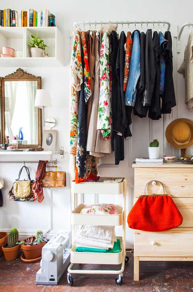 Incrível como o armário cápsula deixa as roupas sempre organizadas.