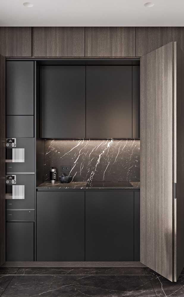 Quem disse que não dá para fazer um armário de cozinha planejado preto?