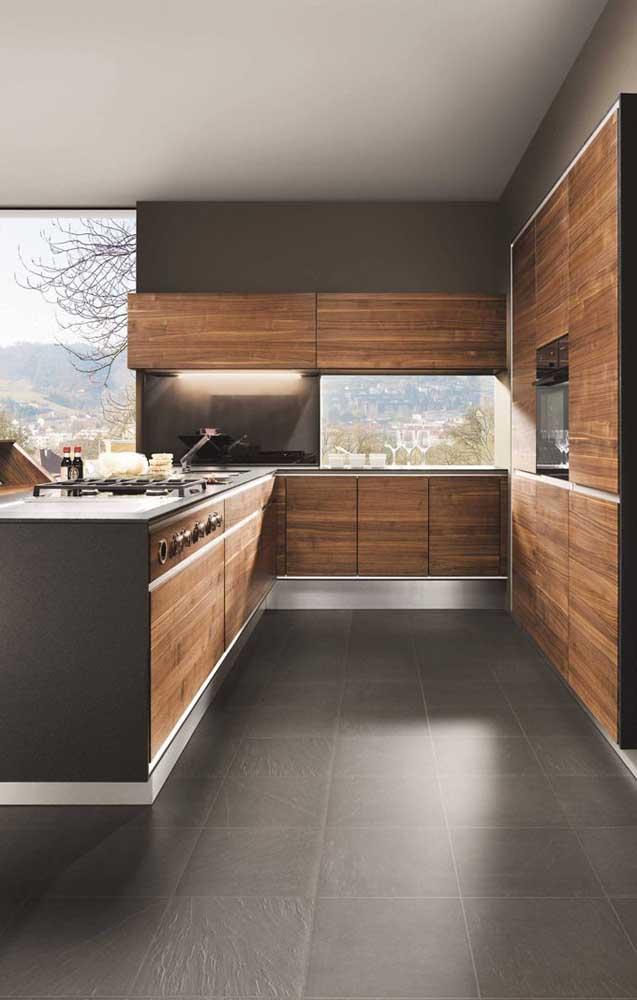 Olha que luxo esse armário de cozinha americana planejado.