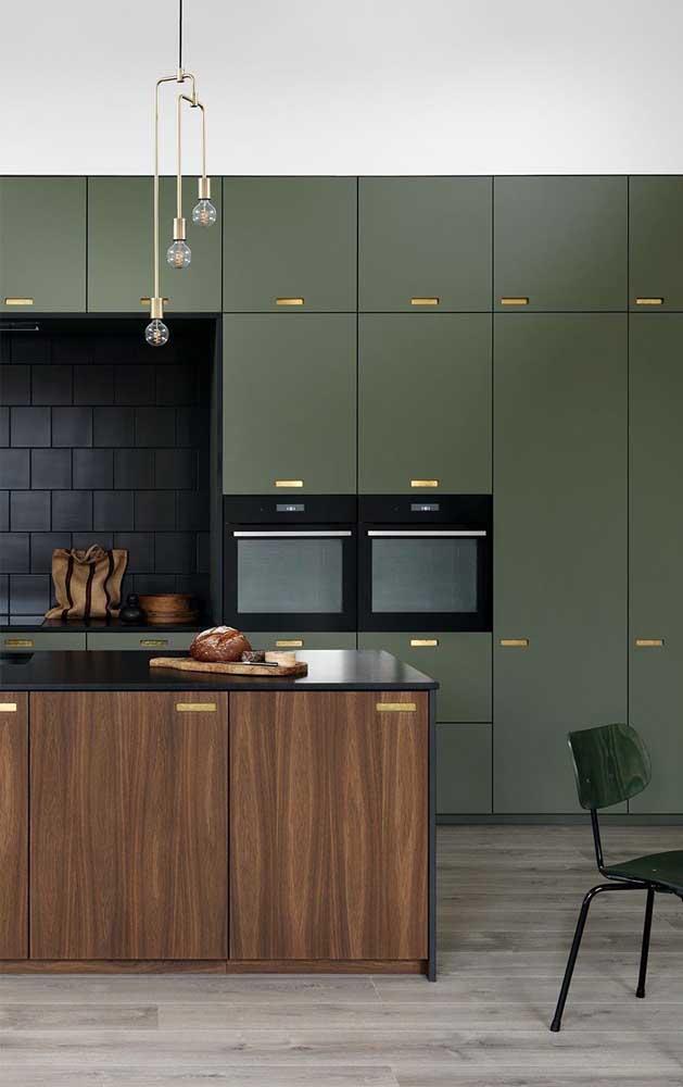 Cores fortes deixam a cozinha mais sofisticada e moderna.