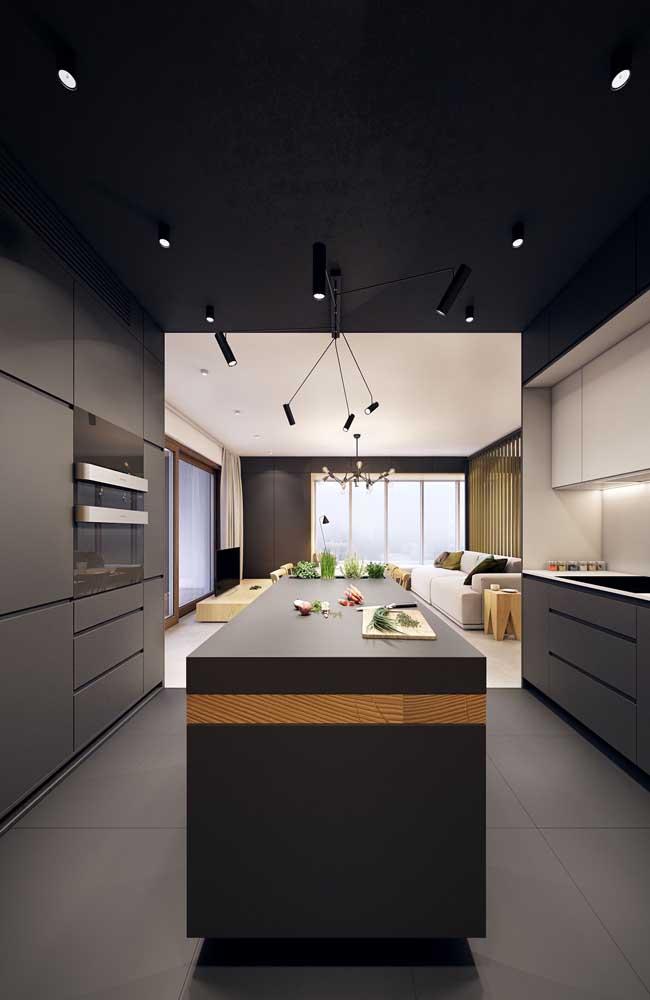 Mesmo com um espaço enorme, optar pelo armário de cozinha planejado pode ser a melhor solução.
