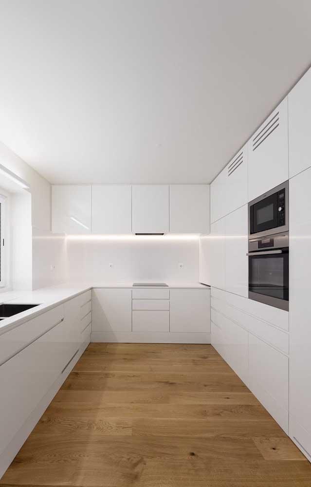 Quando você opta pelo armário de cozinha planejado branco, o ambiente fica maior e mais clean.