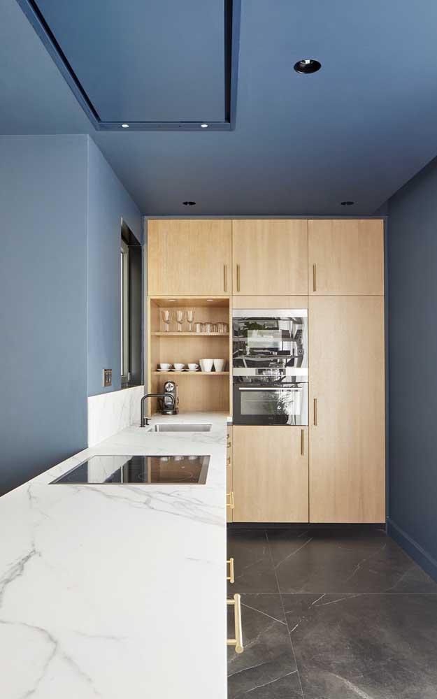 O armário planejado de cozinha pode ficar no cantinho do cômodo.