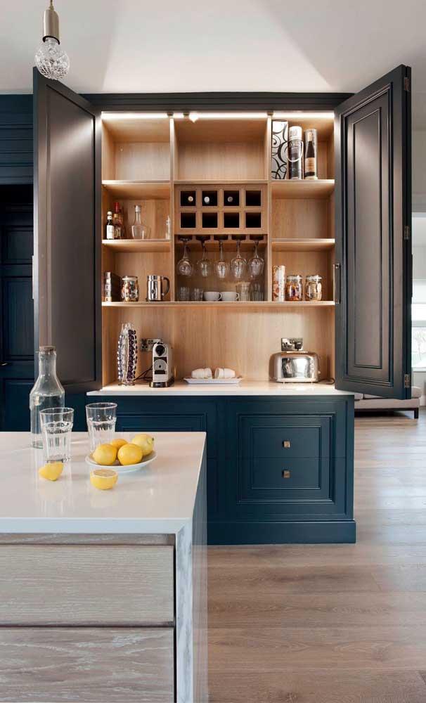 Olha que luxo esse armário de cozinha no estilo mais clássico.