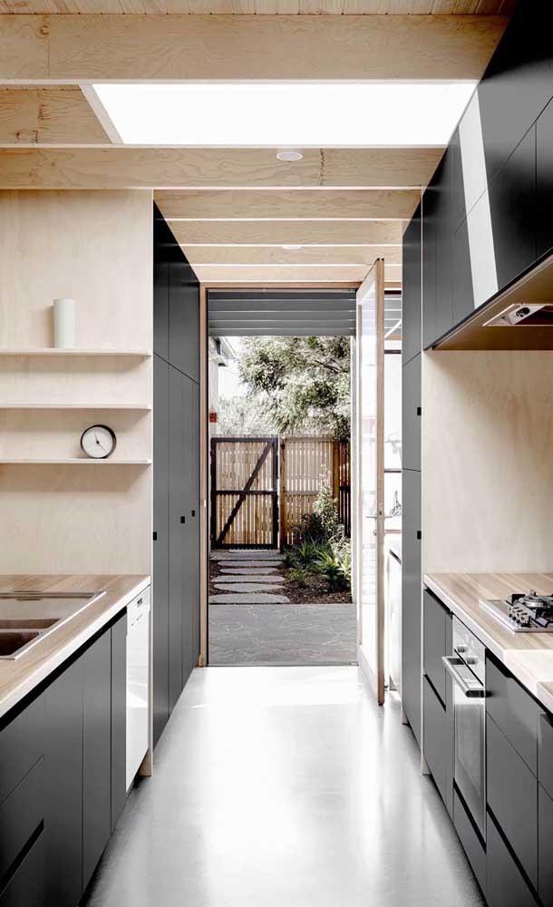 Se o espaço da cozinha é estreito, opte por armário de cozinha planejado com portas de correr.