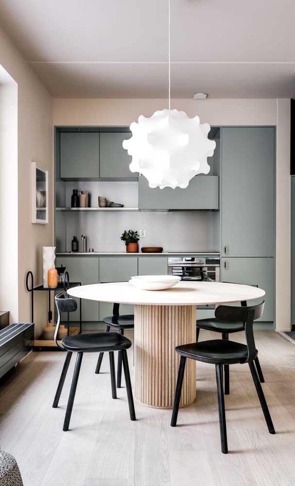 Os acessórios escolhidos para decorar a cozinha ajudam a compor o cenário.