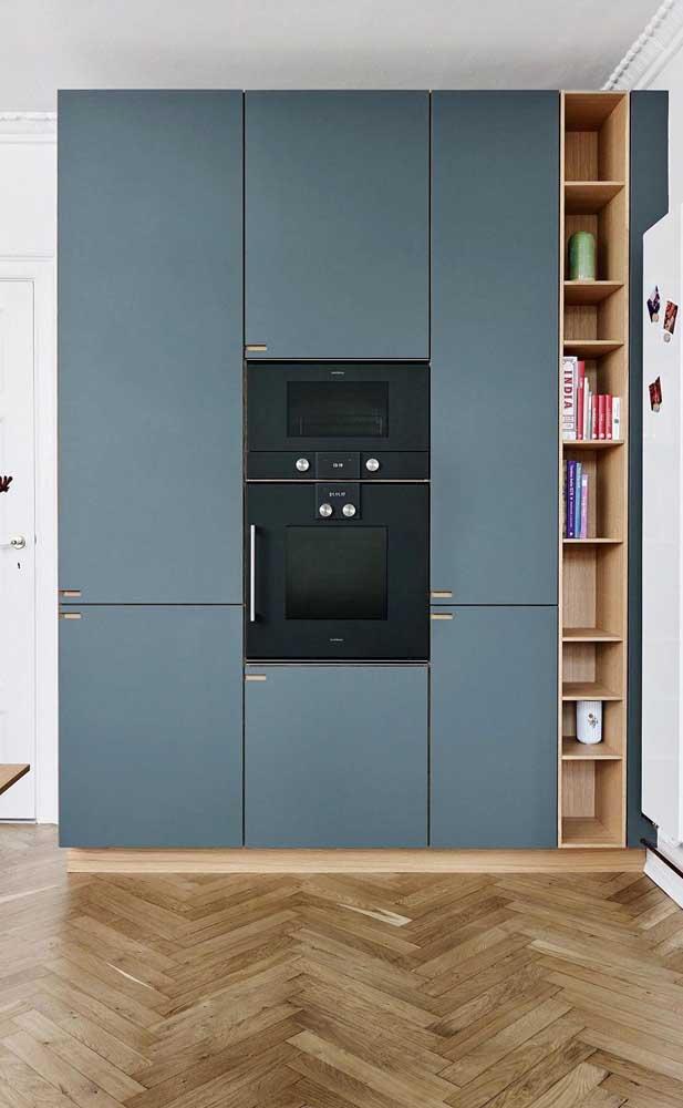 Você pode escolher um armário de cozinha planejado moderno para combinar com seus eletrodomésticos.