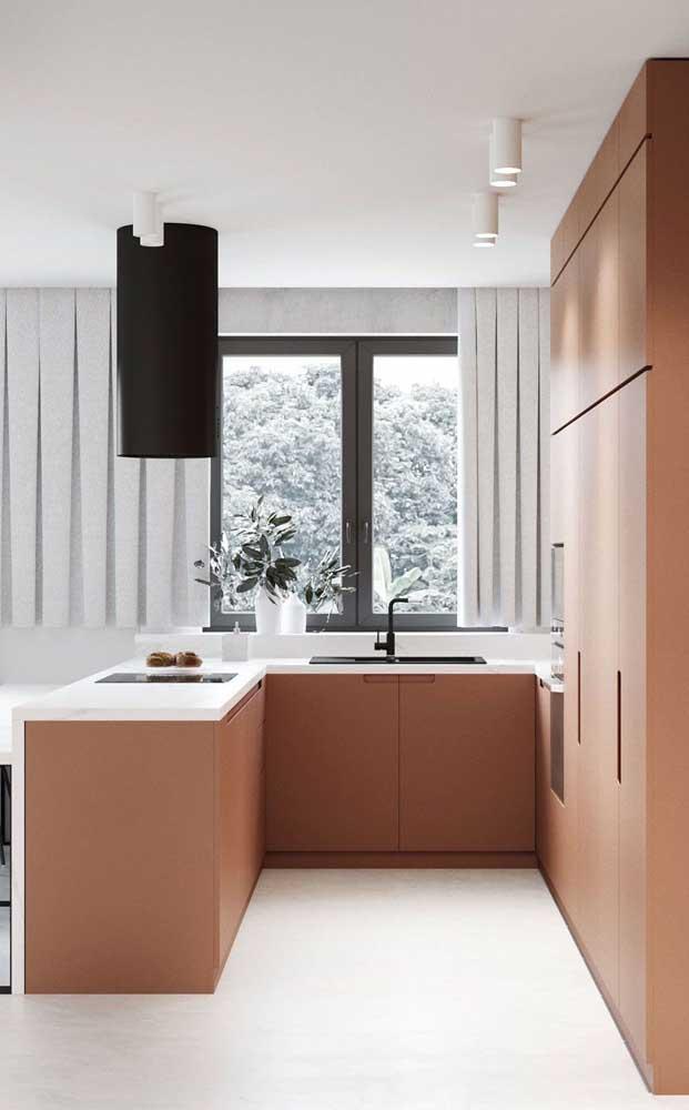 Uma cozinha pequena pede armário planejado.