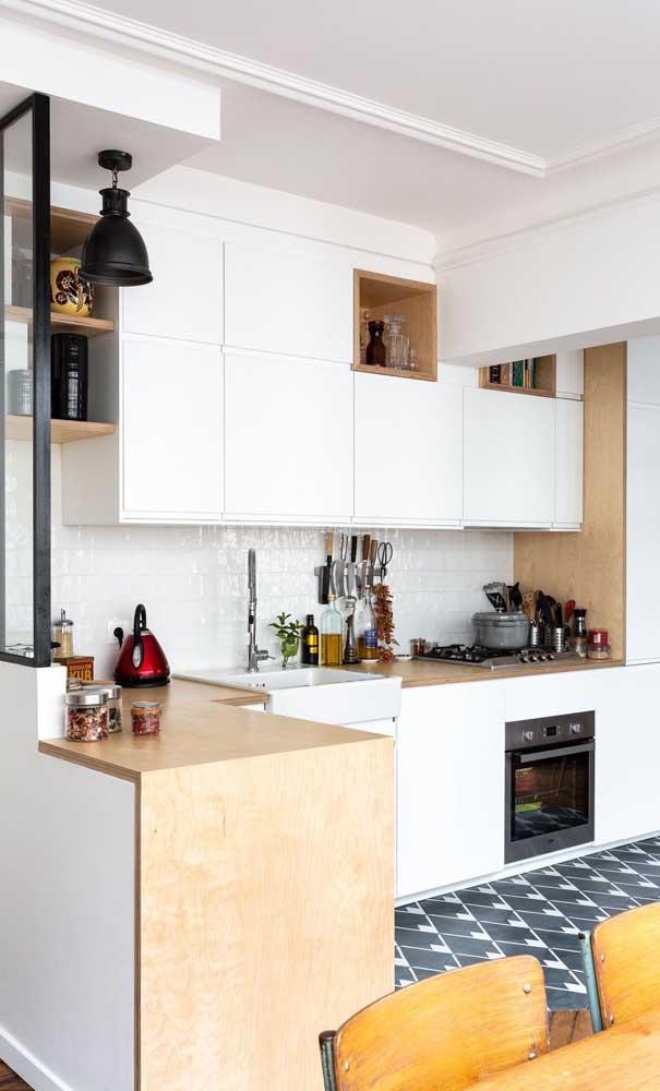 Ao optar pelo armário de cozinha americana planejado você consegue dividir muito bem os ambientes.