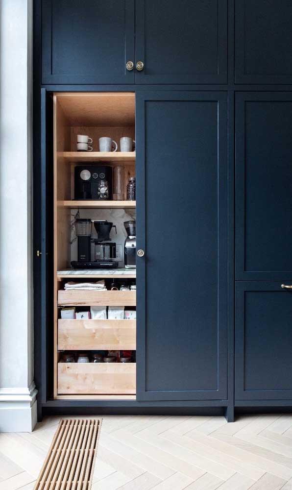 Opte por um armário de cozinha planejado em que você consiga guardar todos os seus utensílios.