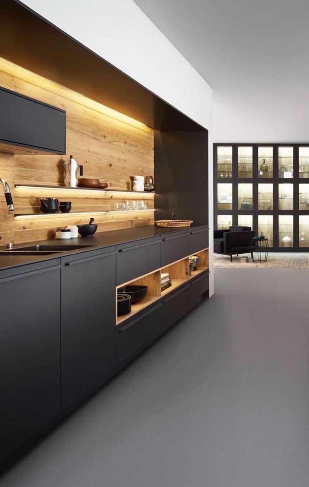 Combine cores fortes com um material de madeira na hora de fazer o armário.