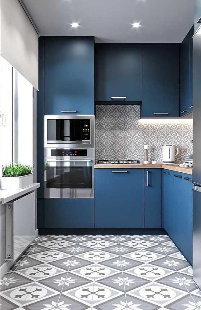 O detalhe do piso pode ajudar a destacar o armário de cozinha.