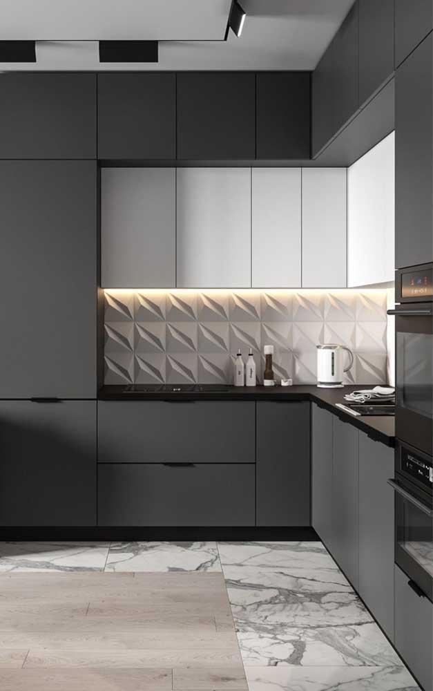 Que tal combinar as cores preta e branca no seu armário de cozinha?