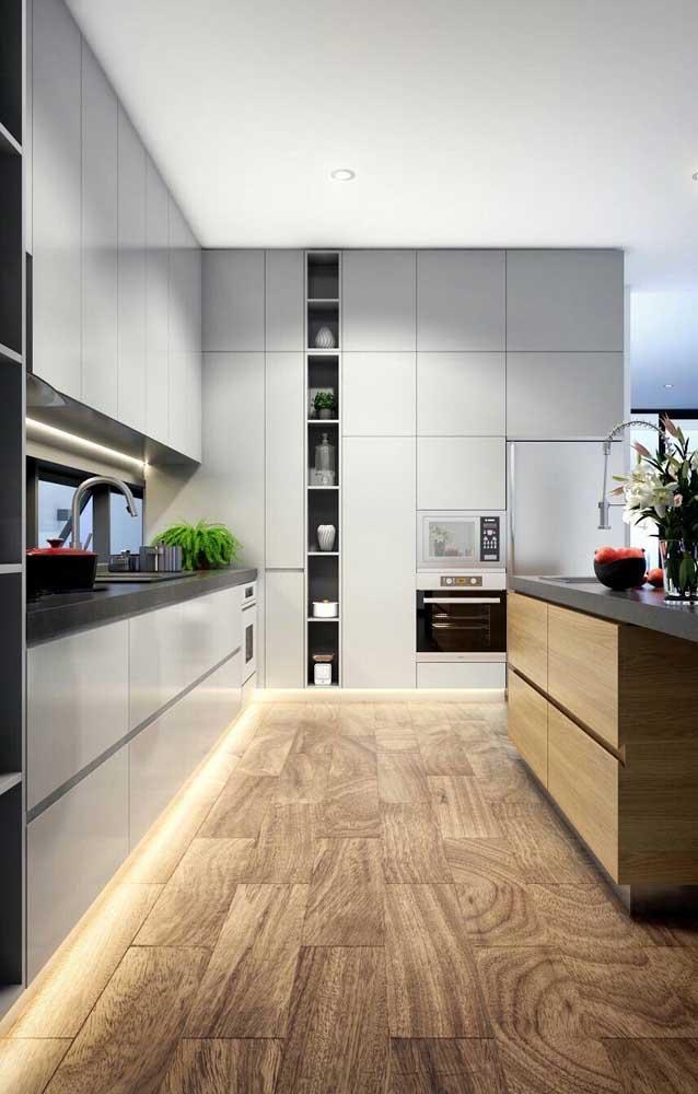 Olha que piso fantástico combinando com o armário de cozinha planejado.