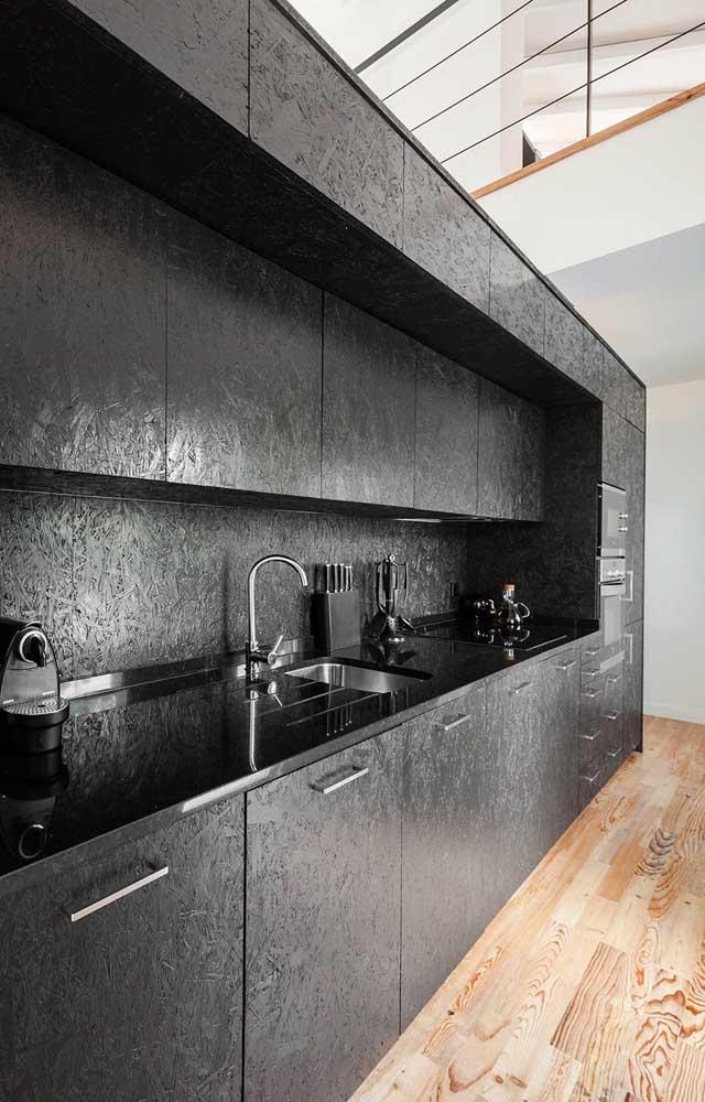 Sabia que é possível escolher materiais diferenciados para o armário de cozinha?
