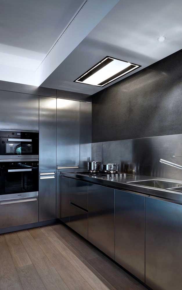 Quer ter uma cozinha totalmente moderna? Aposte em móveis metalizados.