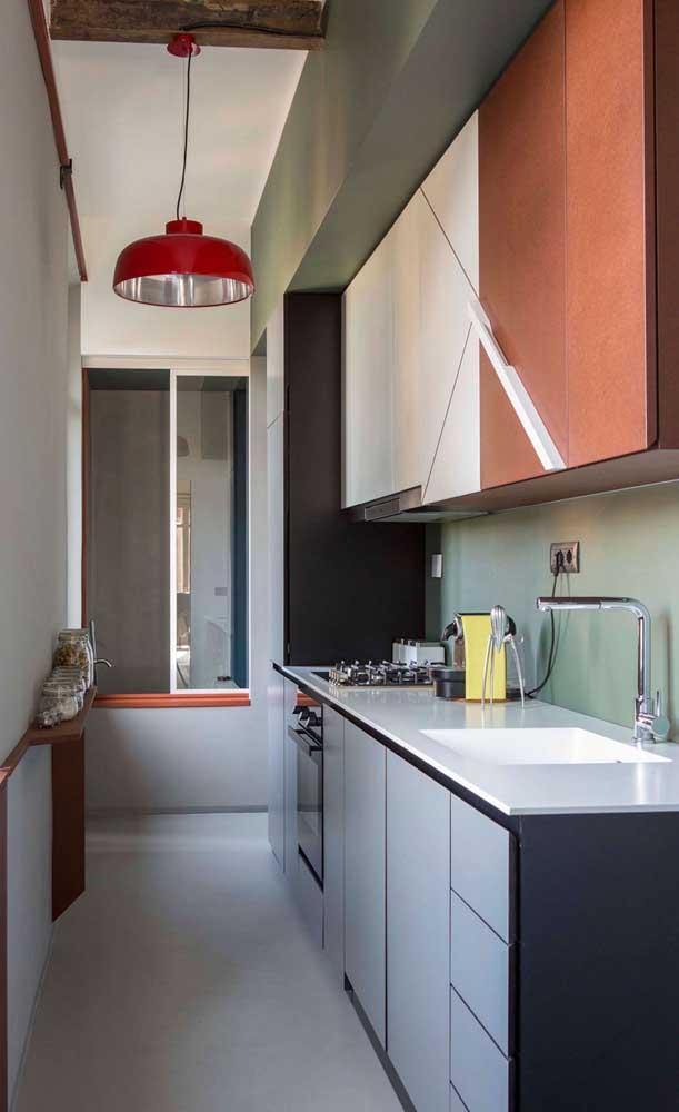 Para deixar a cozinha mais espaçosa, você precisa fazer um armário planejado.