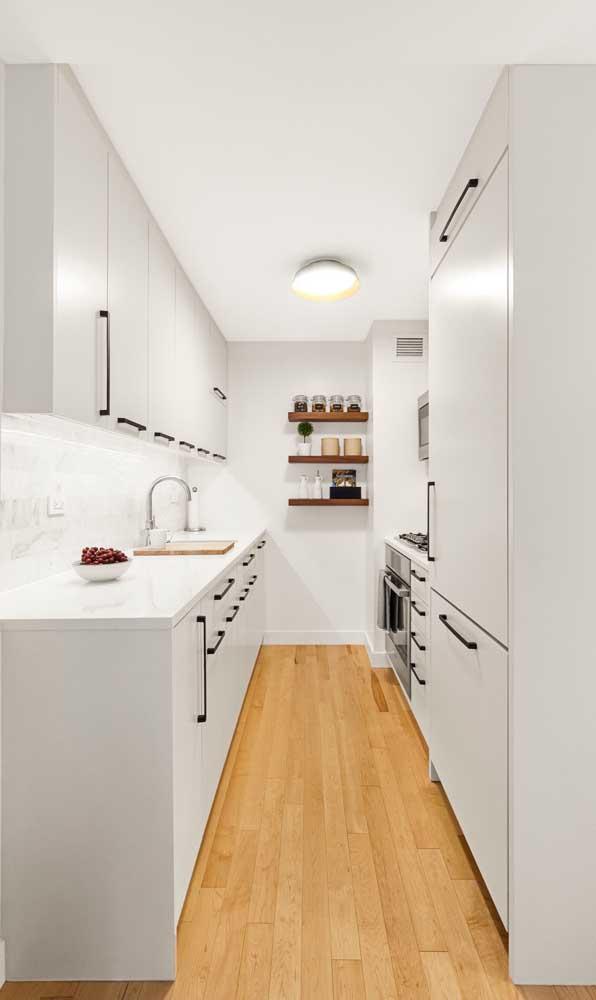 Quer ganhar espaço na cozinha? Invista em armários planejados na cor branca.