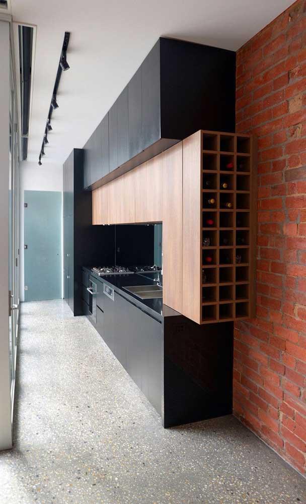 Que tal unir a adega de vinhos com o armário de cozinha planejado?