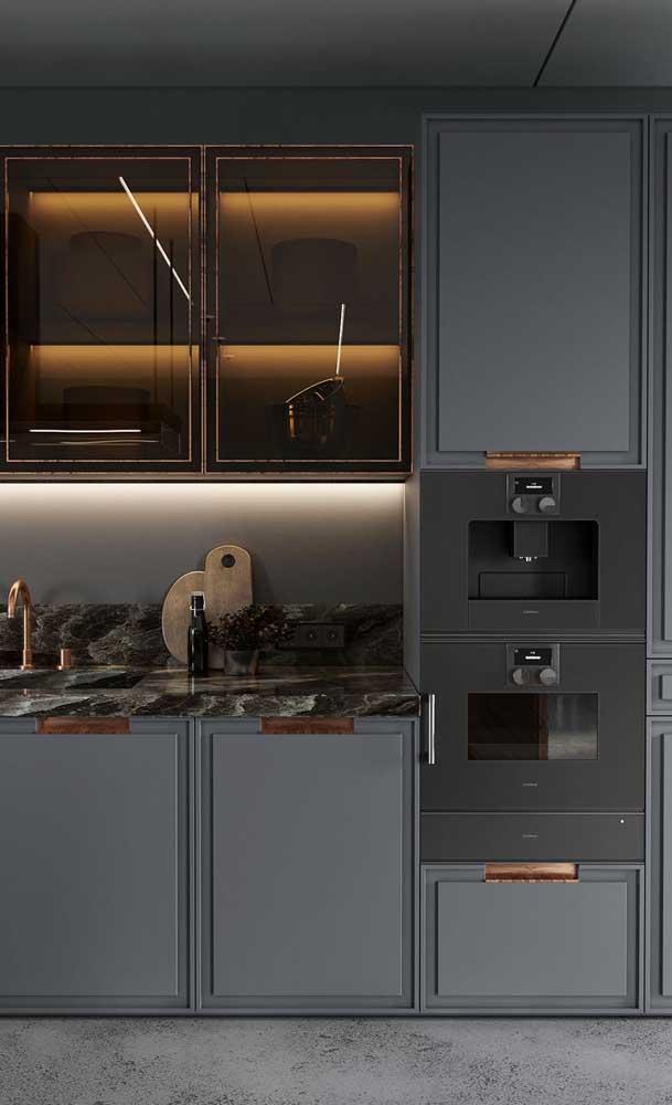 Olha a elegância desse armário de cozinha com vidro.