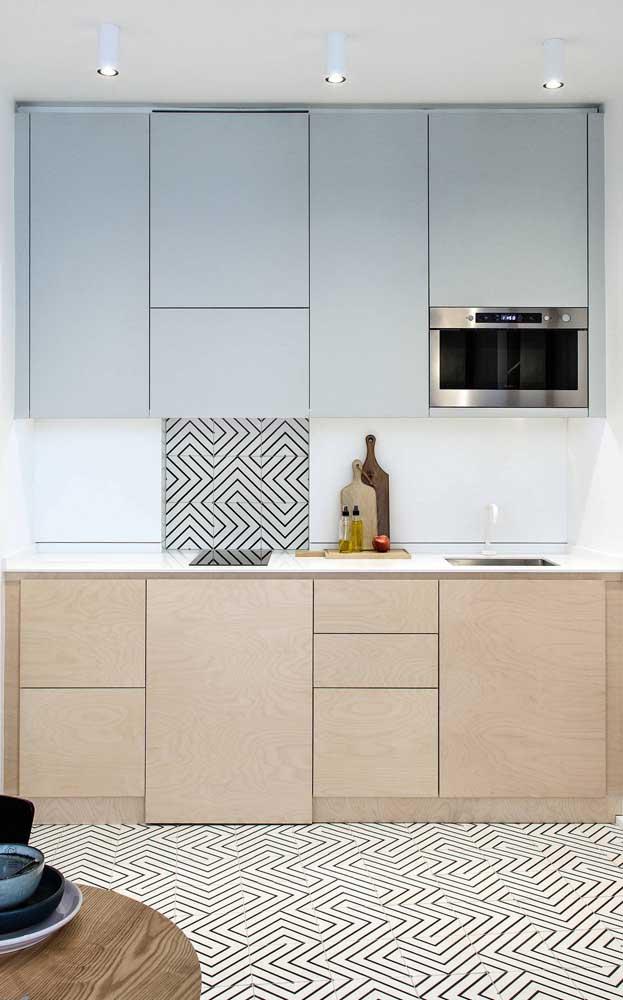 Aposte nas cores neutras ao escolher o armário de cozinha, principalmente, se o cômodo é pequeno.