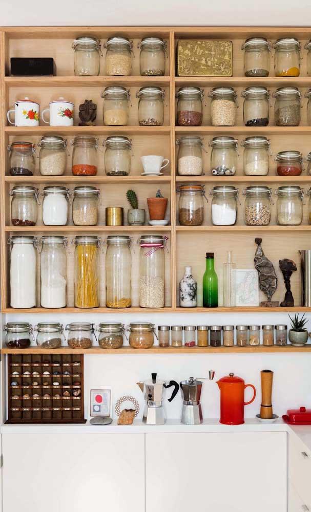 No armário de cozinha planejado é possível acomodar todos os seus utensílios.