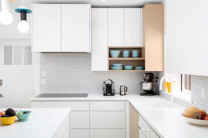 Decore sua casa com um armário de cozinha americana planejado.