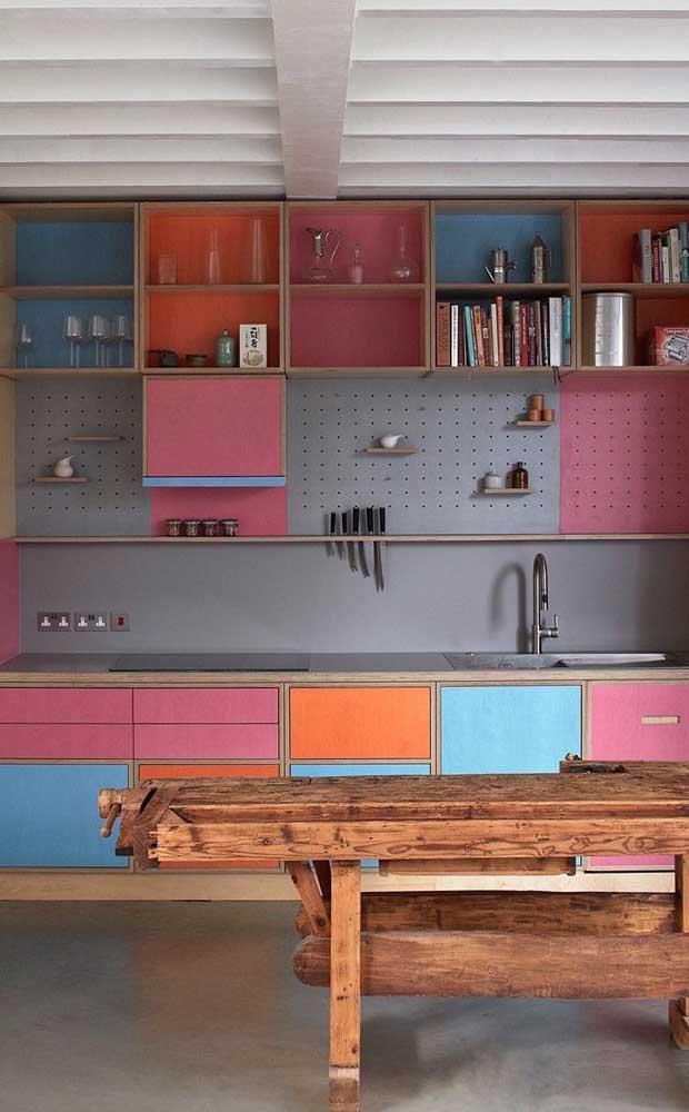 Até um modelo de armário de cozinha planejado colorido é possível fazer.