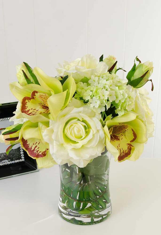 Deixe a criatividade fluir na hora de criar o seu arranjo: utilize flores diferentes para compor o vaso escolhido