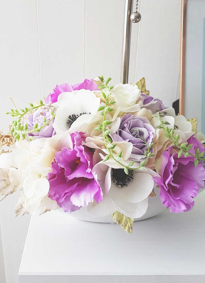 O arranjo baixo ganhou volume e vida com as cores das flores escolhidas